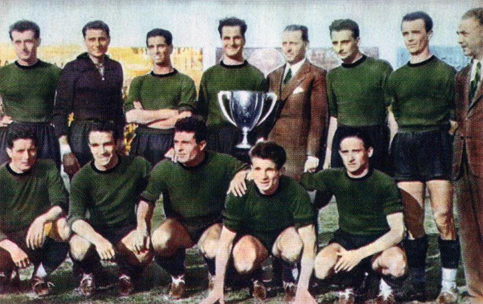 AC Venezia zeswoim jednym Pucharem Włoch. Mazzola wdolnym rzędzie, drugi odprawej. Źródło zdjęcia: it.wikipedia.org