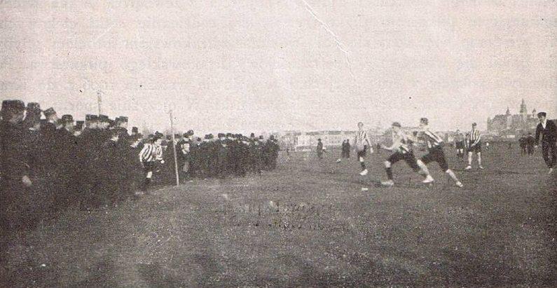 Tak wyglądały pierwsze treningi naBłoniach. Wbramce, któraniemiała jeszcze poprzeczki stoi Lustgarten; źródło: wikipasy.pl
