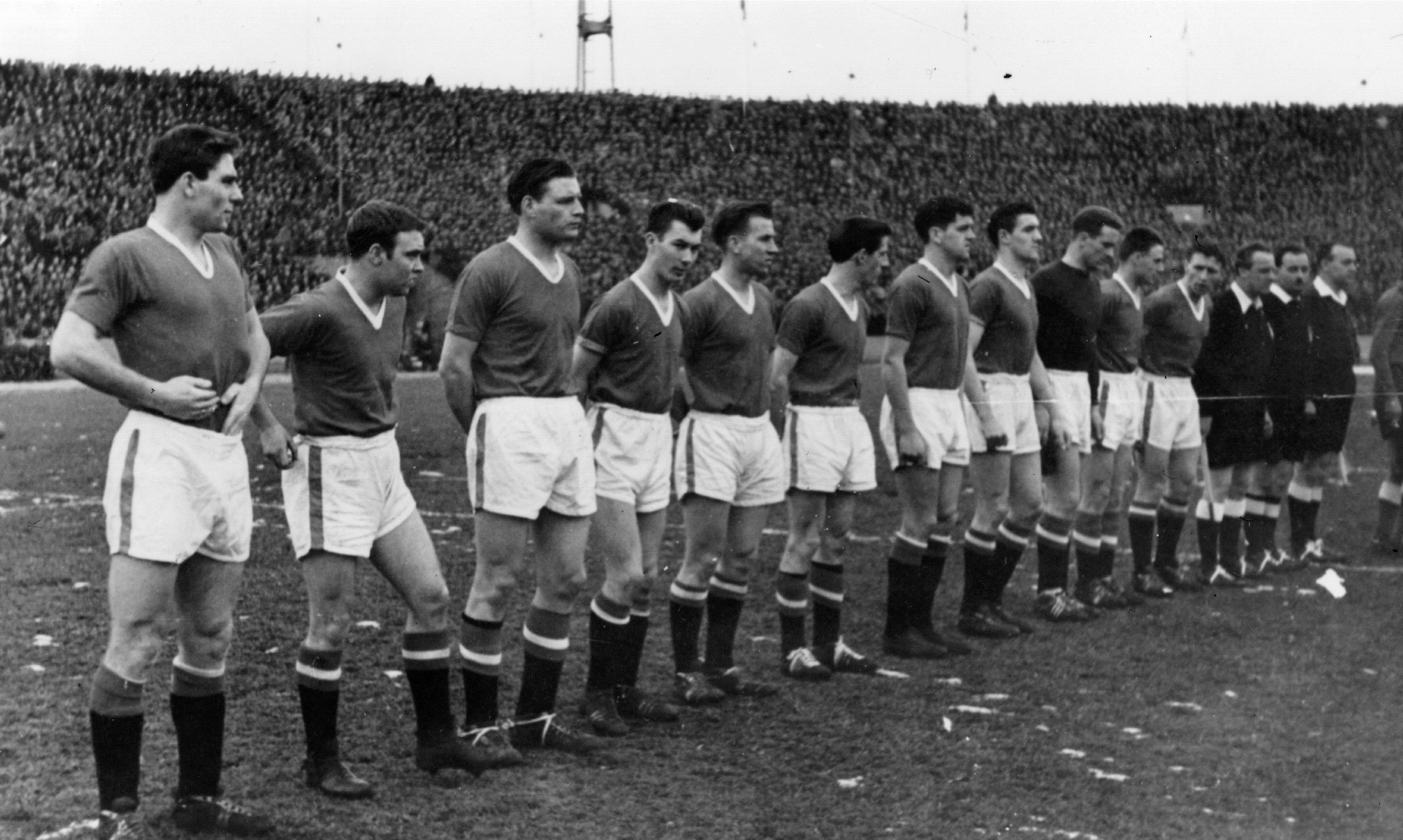 Słynne zdjęcie drużyny Manchesteru przedmeczem zCrveną Zvezdą. Źródło zdjęcia: manutd.com